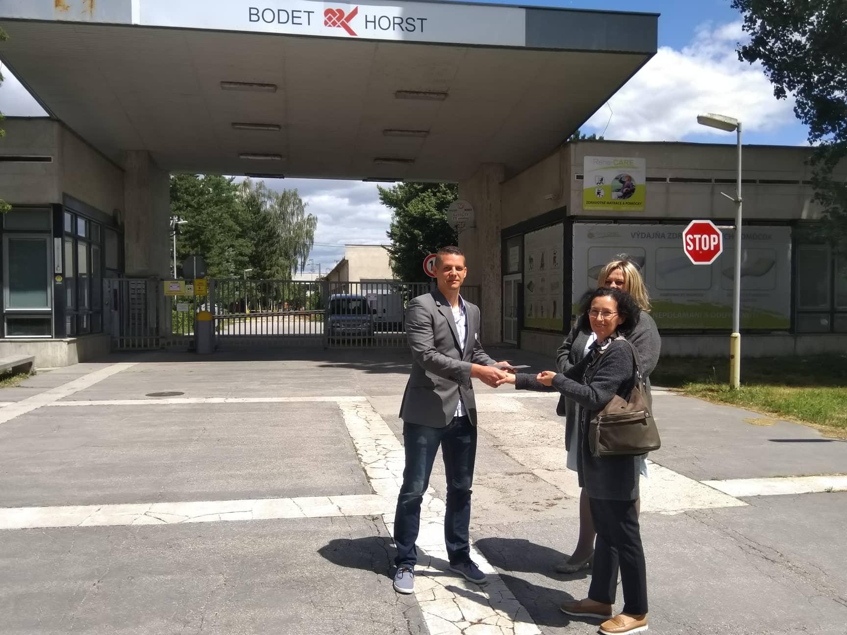 Vzdor-strana práce odovzdala zamestnancom fabriky Bodet & Horst vo Vrbovom výťažok zo zbierky na právnu pomoc, nakoľko fabrika je v konkurze