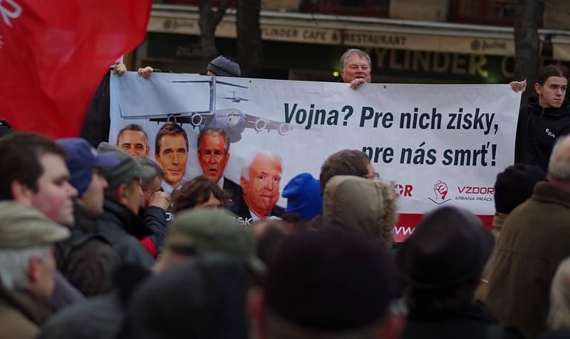 Vzdor- strana práce v boji proti NATO: Protesty v Košiciach a Bratislave vo VIDEU